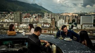 Un bar en la azotea de un edificio de Chacao.