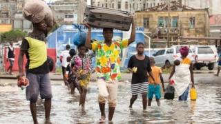 Warga di Praia Nova, Beira, mengungsi.