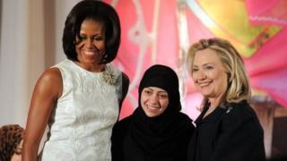 سمر بدوي (منځ کې) ته د زړورې ښځې جایزه ورکړل شوې ده