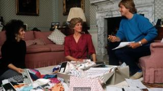 Putri Diana bersama dengan Elizabeth dan David Emanuel di Istana Kensington pada 1986, memilih pakaian untuk tur kerajaan.
