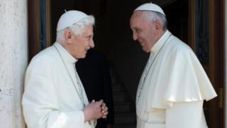 Los papas Francisco y Benedicto