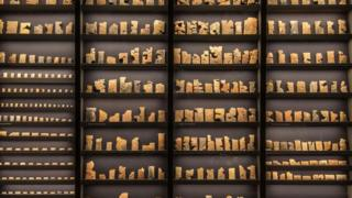 亚述国王积攒了大量刻有楔形文字的石碑。这些文字是与早已灭绝的语言之间最后的联系。