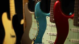 Không giống như guitar gỗ, guitar điện không nhất thiết phải làm từ gỗ
