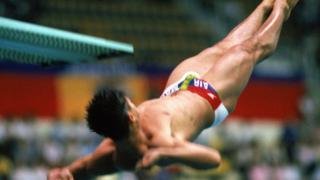 Greg Louganis hits his head in the 1988 Seoul Olympics