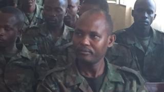 Major Aimable Rugomwa (hagati) akurikiranwa kwica umwana w'umusore
