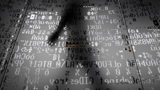 Sombra de pessoa sobre códigos de programação
