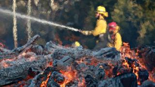 Пожарные сражаются с пламенем пожара Вулси в Малибу (ноябрь 2018 г.). Раньше сезон пожаров в Калифорнии оканчивался ранней осенью - теперь все поменялось