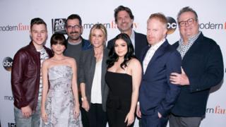 """Глумачка постава """",Модерне породице"""" с извршним продуцентом Стивеном Левитаном (центар)"""