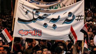 """معترضان شعار میدادند که """"نه به جنگ"""" و """"آری به عراق"""""""