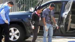 Investigadores observam a cena do assassinato de Bruno Allio Bonetto