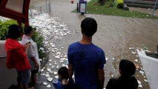 香港杏花邨居民在被淹沒人行道前圍觀(23/8/2017)