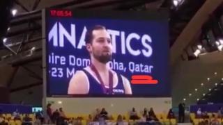 صورة تداولها رواد مواقع التواصل الاجتماعي تظهر تتويج لاعب الجمباز الإسرائيلي، أليكس شاتيلوف، في كأس العالم للجمباز بالدوحة.