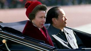 钱其琛(右)与安妮公主(左)搭乘马车抵达白金汉宫(19/10/1999)