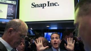 Трейдеры на Нью-Йоркской фондовой бирже ждут начала торгов Snap Inc