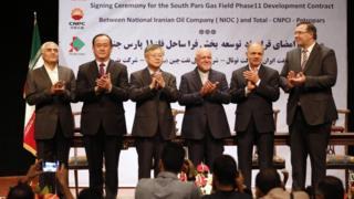 ممثلو توتال الفرنسية وسي إن بي سي الصينية وبتروباس الإيرانية بعد توقيع الاتفاق
