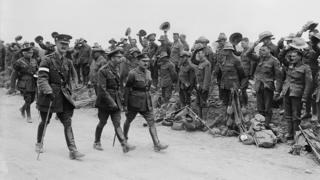 Король Георг V приветствует войска