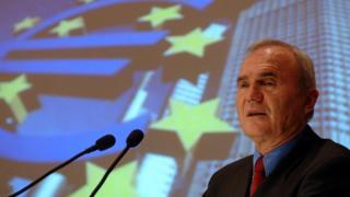 Otmar Issing frente a una bandera de la UE.