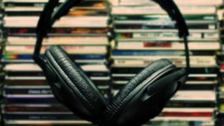 CDs empilhados e fone de ouvido