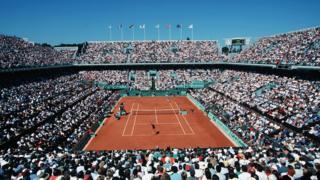 La cancha Suzanne Lenglen tiene capacidad para más de 10.000 espectadores.