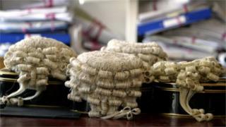 перуки суддів
