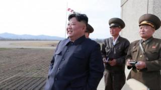 Kim Jong-un ubwo yari yitabiriye imyitozo y'ingabo za Koreya ya ruguru zirwanira mu kirere, ku itariki ya 16 y'uku kwezi kwa kane
