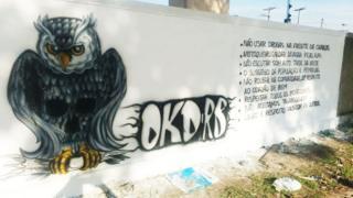 No muro de um bairro de João Pessoa, a Okaida listou seu código de conduta: 'não usar drogas na frente das criaças','não roubar na comunidade em respeito ao cidadão de bem' e 'não escutar som alto tarde noite', entre outras normas