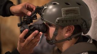 Marine de los SEALS de Estados Unidos probando tecnología militar.