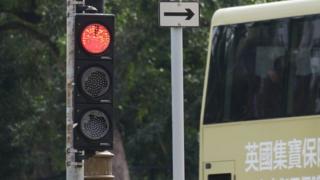 香港新界沙田乡事会路与源禾路交界一组被砸的交通灯(6/1/2020)