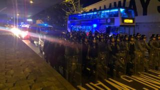 防暴警察抵達中聯辦。
