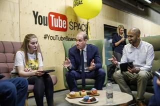 Pangeran William saat bertemu dengan relawan dari National Society for the Prevention of Cruelty to Children (NSPCC) saat kunjungannya untuk meluncurkan kampanye anti-cyberbullying di markas Google dan YouTube cabang London