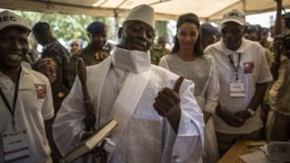 Tun da farko Mr Jammeh ya amince da shan kaye har ya taya Mr Barrow murnar lashe zaben.