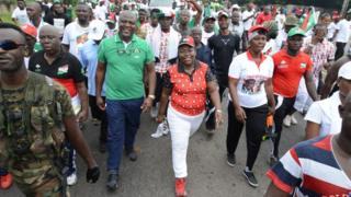 Des photos montrant le frère du président John Mahama entouré de soldats ont été diffusées sur les réseaux sociaux.