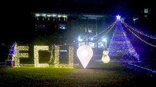 台湾一所大学为欢度圣诞在校园摆设大型圣诞树。