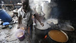 Kwenga inzoga ya gakonzo y'amasaka izwi muri Cote d'Ivoire nka dolo, ni umwuga wa Mariam. Iki kigage agicuruza ku isoko bakakiywera mu gacuma.