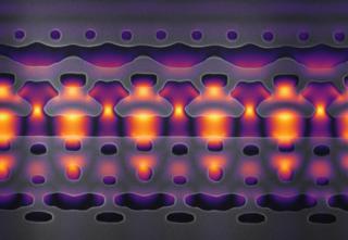 ภาพนี้ผ่านการขยายใหญ่ 25,000 เท่า เพื่อแสดงให้เห็นส่วนหนึ่งของเครื่องเร่งอนุภาคบนซิลิคอนชิป ลำแสงสีเหลืองและม่วงคือเลเซอร์อินฟราเรดที่ใช้เร่งอิเล็กตรอน