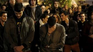 노트르담 대성당 화재 현장에서 눈물을 흘리는 파리 시민들