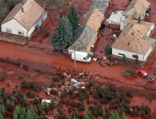 Aerial view of sludge polluting Devecser, 5 Oct 10