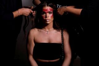 جیسکا کورتز، مدل تراجنسیتی برای حضور روی صحنه در یک نمایش لباس زیر در هفته مد نیویورک آماده میشود