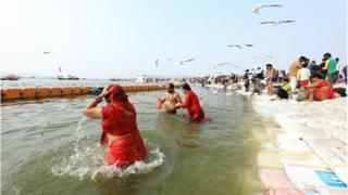 印度教徒在大壺節場地入河沐浴