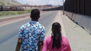 Leandro e sua mulher fotografados de costas