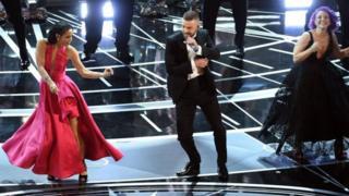 """""""Оскардын"""" аземи актер жана ырчы Жастин Тимберлейктин ыры менен башталды."""