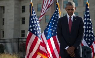 ABD Başkanı Obama, Beyaz Saray'ın bahçesinde saygı duruşunda bulunuyor.
