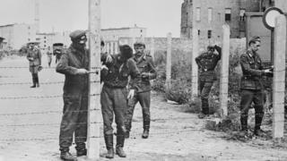Soldados de Alemania oriental trabajan en asegurar la división de Berlín.