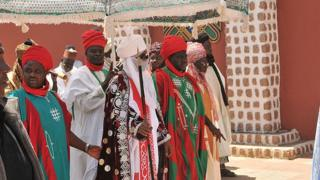 Muhammad Sanusi, el emir de Kano (con una tela que le cubre la cara), en el norte de Nigeria.