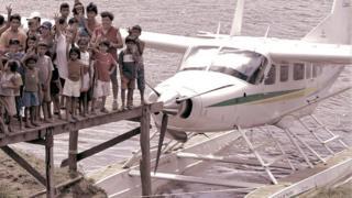 Avião da Asas de Socorro em aldeia indígena