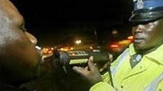 Polisi wa Trafiki akiwakamata madereva walevi Kenya