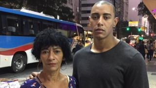A mulher de Amarildo, Elizabete Gomes da Silva, e Anderson, o primogênito do casal, em rua do Rio de Janeiro
