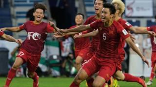 Đội tuyển VN vào tứ kết Asian Cup 2019 và được báo chí khu vực khen ngợi về sự trưởng thành.