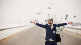 Homem joga dinheiro pro alto