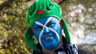 Шотландський футбольний фанат з обличчям кольору прапору Шотландії. Так фанати готувалися до гри зі збірною Англії